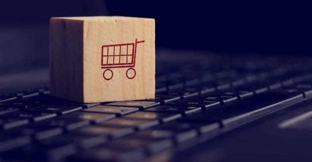 Płatności w internecie. Coraz więcej kupujemy przez smartfony. M-commerce podbija Polskę