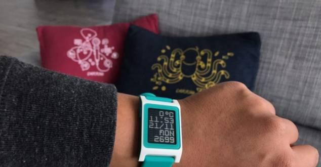 Rynek smartwatchy ciągle się kurczy, a FitBit przejmuje Peeble?