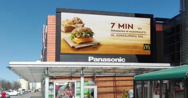 Reklama oferty śniadaniowej McDonald's