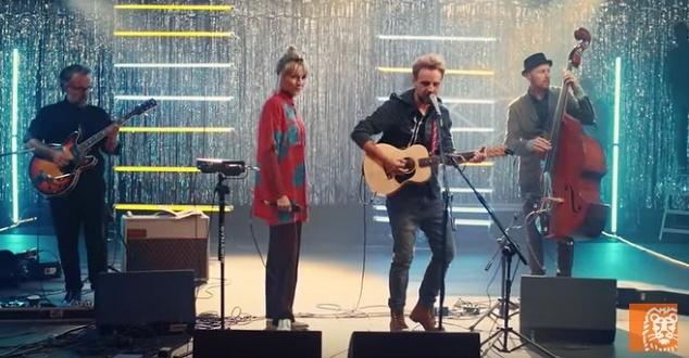 Dobry Głos Dla Firm: Mela Koteluk i Paweł Domagała zamieniają opinie o firmach w piosenki! | ING (źródło: YouTube)