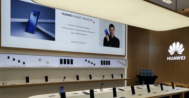 Huawei przedłuża kontrakt z Robertem Lewandowskim i otwiera brand store w Warszawie