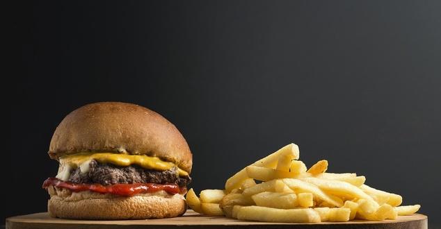 burger, frytki, fot. fotorech, pixabay