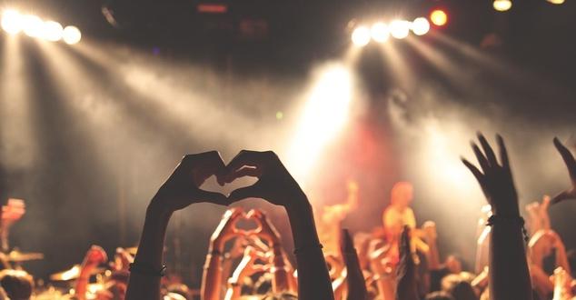 koncert, ludzie, młodzież, fot. Free-Photos, pixabay