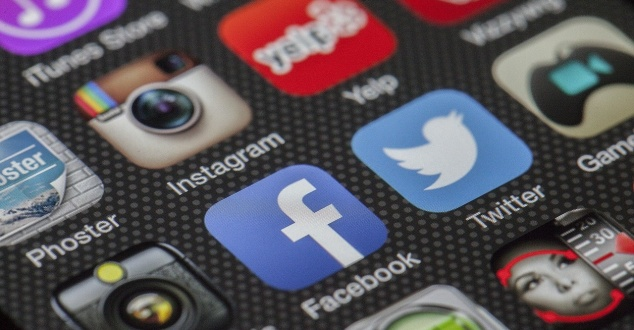 social media, aplikacje, smartfon, fot. LoboStudioHamburg, pixabay