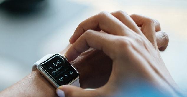 smartwatch, wearables, płatności zbliżeniowe, fot. free photos, pixabay
