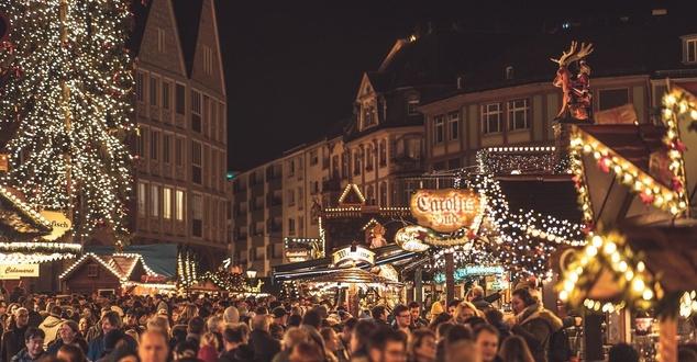 Zakupy świąteczne w sklepie stacjonarnym czy online? Raport Deloitte rozwiewa wątpliwości