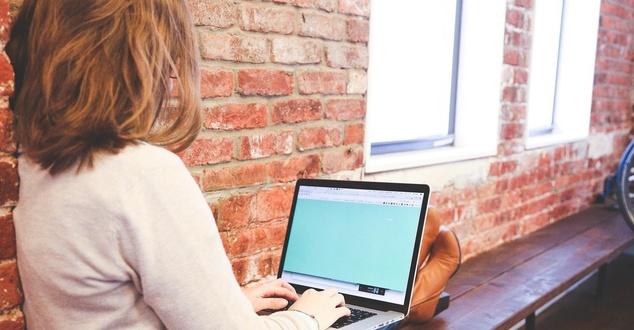 komputer, kobieta, internet, fot. Startupstockphotos, pixabay