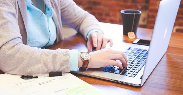 laptop, cyfryzacja, online, kobieta, fot. startupstockphotos, pixabay