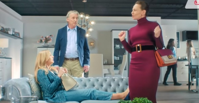 Małgorzata Socha testuje sofę, czyli nowa kampania salonów Agata
