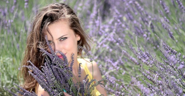 marketing zapachowy, lawenda, kobieta, łąka, fot. Adinavoicu, pixabay