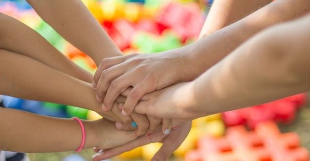 dłonie, pomoc, zespół, fot. jarmoluk, pixabay