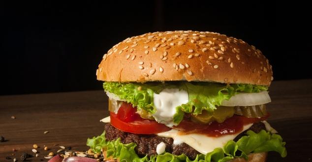 Burger. Fot.: Ilya Mashkov, Unsplash