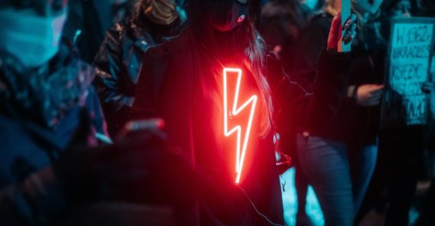 czerwona błyskawica | fot. Zuza Gałczyńska | Unsplash