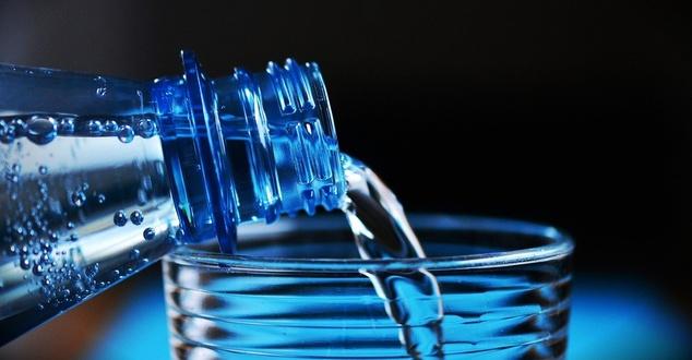 butelka, woda mineralna, fot. congerdesign, pixabay