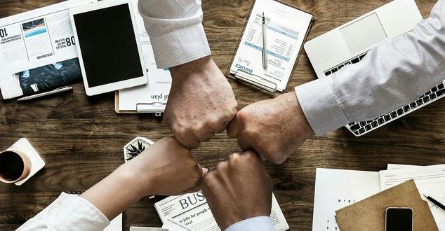 analiza, zespół, biurko, ręce, fot. mohamed_hassan, pixabay