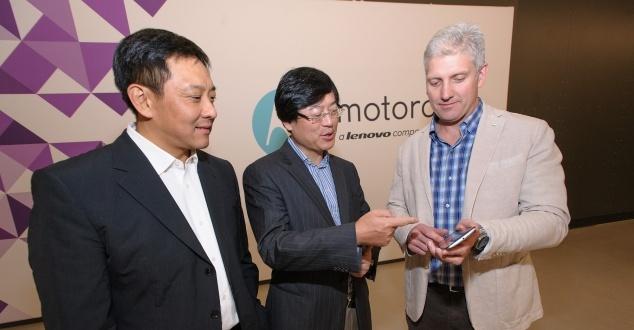 Na zdjęciu: prezes Lenovo Yuanqing Yang (w środku) [fot. Lenovo Newsroom]